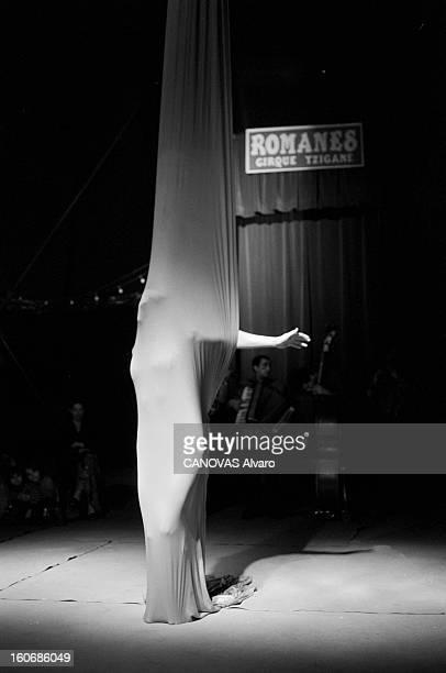 The Tzigane Romanes Circus 1998 janvier Le cirque tzigane Romanès Sous le chapiteau un numéro de ruban avec la silhouette d'une femme dans le cercle...