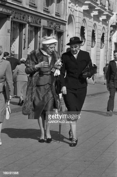 Women Fashion Juin 1959 Paris 'les affreuses' photos de passantes sur les champs Elysées deux vieilles dames en chapeau l'une en manteau de fourrure...
