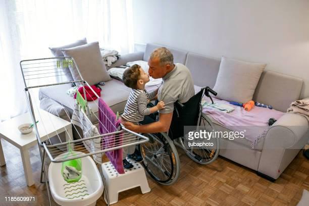 究極の父の息子ボンディング活動 - 麻痺 ストックフォトと画像