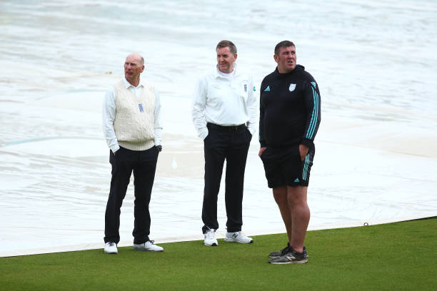 GBR: Surrey v Hampshire - Specsavers County Championship - Day One