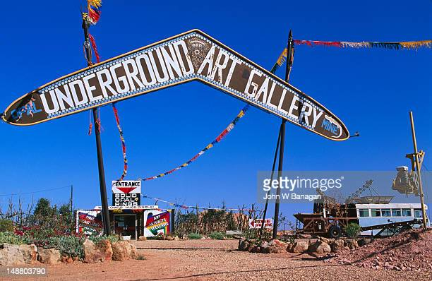 the underground gallery entrance in coober pedy. most establishments are underground as temperatures above ground, can reach over 50 degrees in summer - coober pedy foto e immagini stock