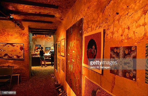 the underground gellery in coober pedy, most establishments are underground as temperatures above ground, can reach over 50 degrees in summer - coober pedy foto e immagini stock
