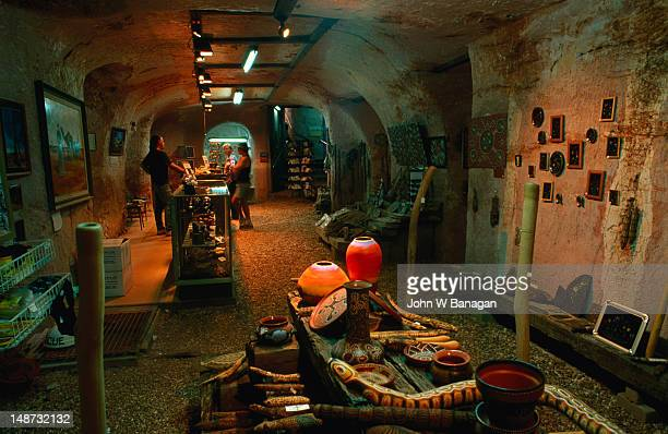 "the underground museum in coober pedy, the name is aboriginal and said to mean ""white fellas hole in the ground"" - coober pedy foto e immagini stock"