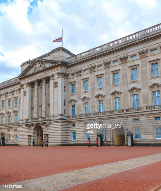 union jack-flaggan på buckingham palace vajar på halv stång i london, storbritannien - brittiska kungahuset bildbanksfoton och bilder