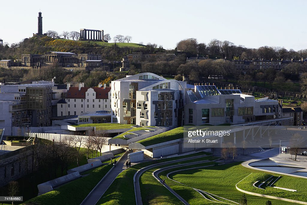 The unique exterior of the new Scottish Parliament building in Edinburgh, Scotland which is located at the foot of the Royal Mile and next to the Palace of Holyroodhouse, the Queen's official residence in Scotland. : Bildbanksbilder