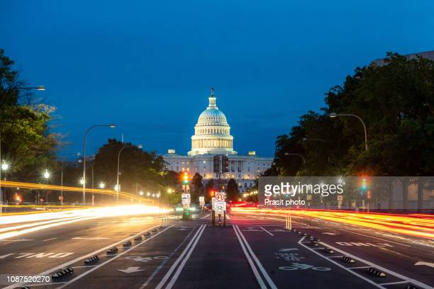the united states capitol building at night in washington dc, usa. - 連邦議会 ストックフォトと画像