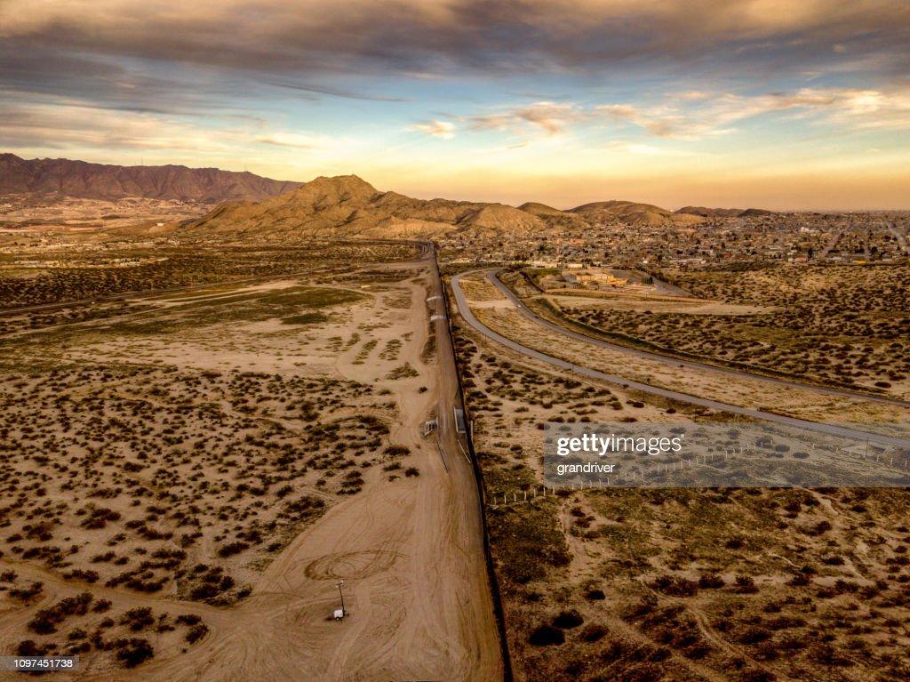 La pared de frontera internacional de México de Estados Unidos entre Sunland Park, Nuevo México y Puerto Anapra, Chihuahua México : Foto de stock