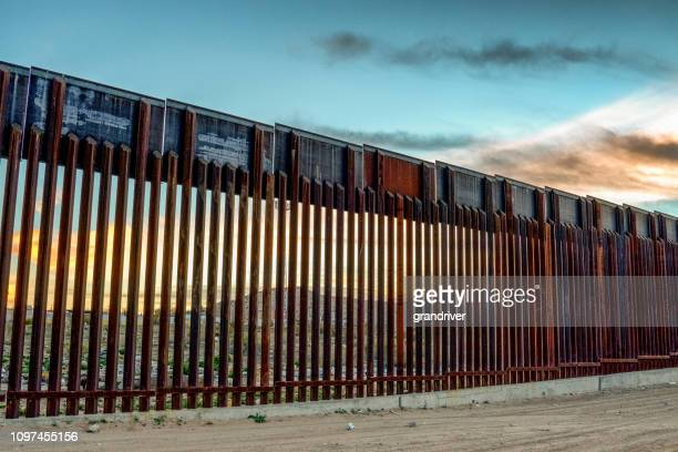 the united states mexico international border wall between sunland park new mexico and puerto anapra, chihuahua mexico - mexico border wall stock pictures, royalty-free photos & images