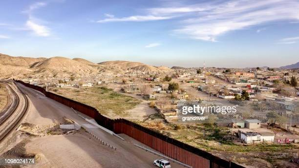 the united states mexico international border wall between sunland park new mexico and puerto anapra, chihuahua mexico - chihuahua desert stock pictures, royalty-free photos & images