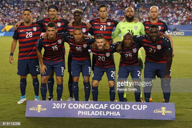 The United States poses before playing El Salvador during the 2017 CONCACAF Gold Cup Quarterfinal at Lincoln Financial Field on July 19 2017 in...