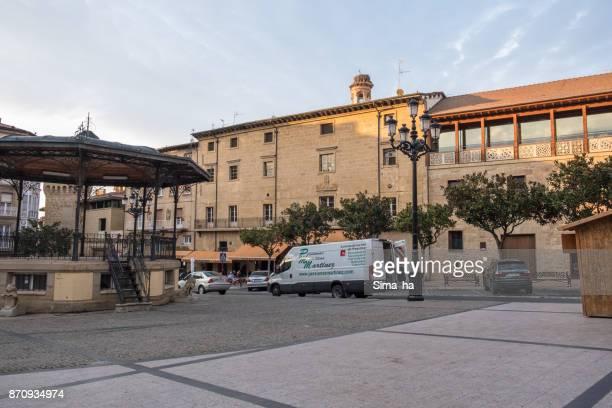 la voiture de déchargement sur la plaza de la paz, haro, espagne - haro photos et images de collection