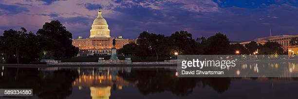 the u.s. capitol building in washington, dc and reflection pool at night - capitólio capitol hill - fotografias e filmes do acervo