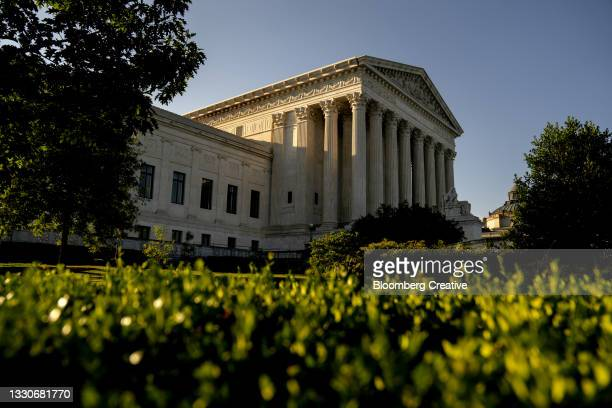 the u.s. supreme court building - supreme court justice stock pictures, royalty-free photos & images