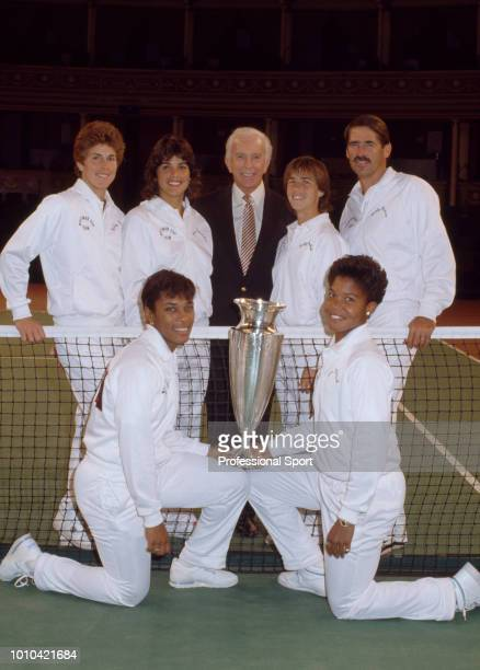 The USA Team Betsy Nagelsen Gigi Fernandez Patty Fendick Marty Niessen Zina Garrison and Lori McNeil pose with the trophy after defeating Great...