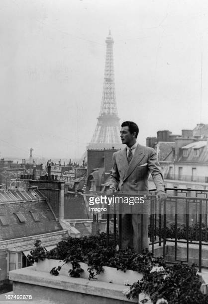 The USamerican actor Robert Taylor at his hotel balcony in Paris In the background The Eiffel Tower 1937 Photograph Der USamerikanische...