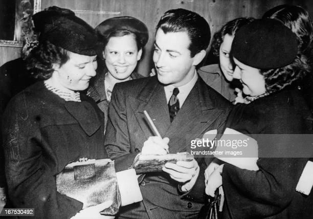 The USamerican actor Robert Taylor with fans in London August 30th 1937 Photograph Der USamerikanische Filmschauspieler Robert Taylor mit Fans in...