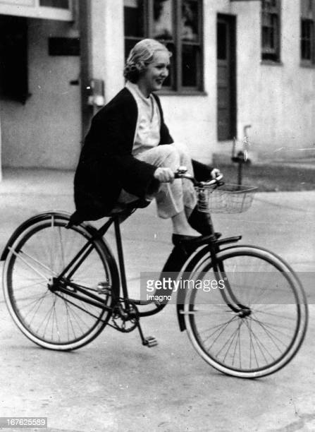The USamerican actress Mary Pickford on a bicycle Photograph About 1930 Die USamerikanische Schauspielerin Mary Pickford fährt Rad Photographie Um...