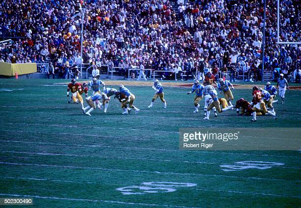 The USC Trojans run the play against the UCLA Bruins during an NCAA game on November 20 1982 at the Rose Bowl in Pasadena California