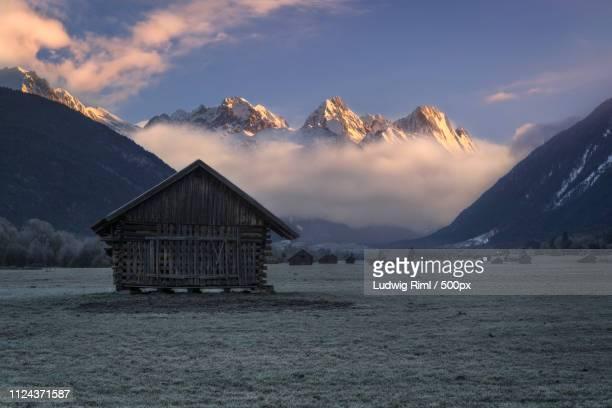 the valley of barns - 掘建て小屋 ストックフォトと画像