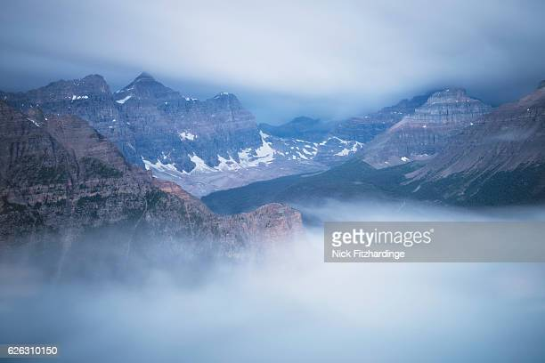 the valley of the 10 peaks filled with fog as seen from panorama ridge, banff national park, alberta, canada - ziggurat foto e immagini stock