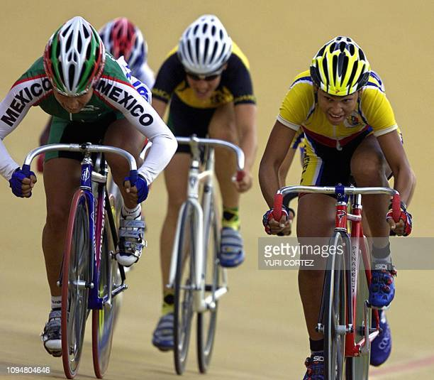The Venezuelan Dayana Chirino Nogoyon tries to gain the lead over Mexican Belem Guerrero 25 November 2002 in San Salvador during the schatch...