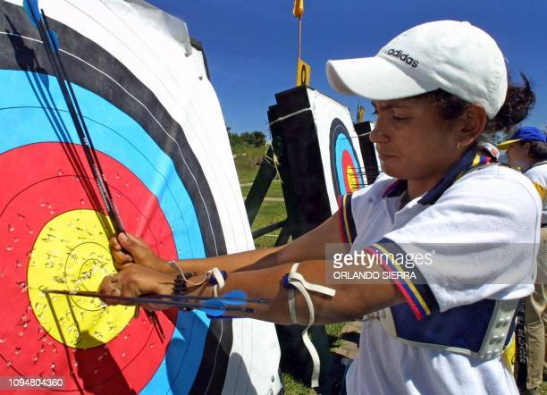 The Venezuelan Luzmary Guedez takes out the arrows from the target with which its score won the gold medal in the women's archery competition of 70...
