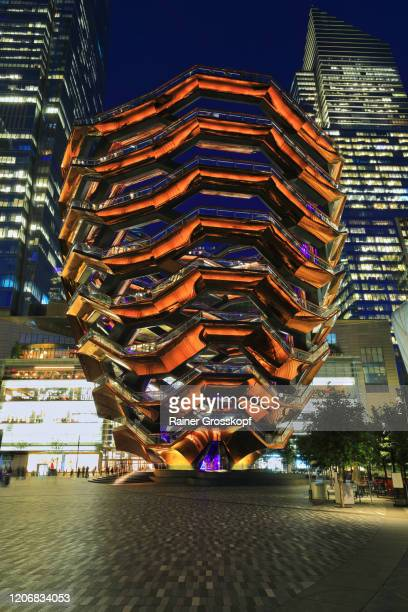 the vessel, a spirical staircase at night in front of illuminated skyscrapers - rainer grosskopf photos et images de collection