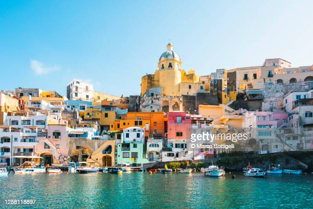 the vibrant colors of the town of procida, italy - naples italie photos et images de collection