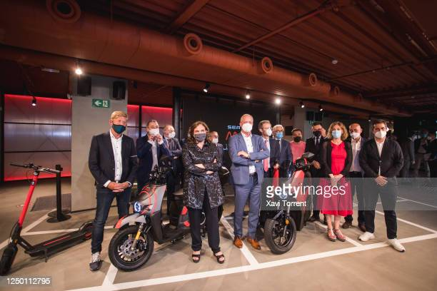 The VicePresident for Sales and Marketing of SEAT Wayne Griffiths the Mayoress of Barcelona Ada Colau the acting president of SEAT Carsten Isensee...