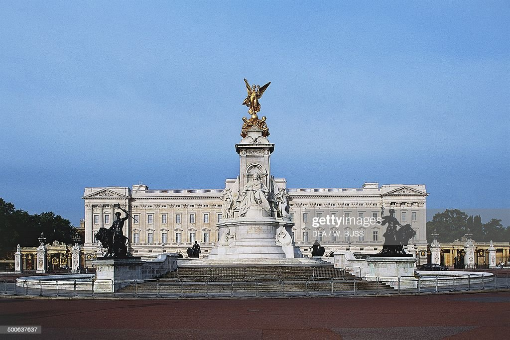 The Victoria memorial, 1911, and Buckingham palace, 18th-20th century, London, England, United Kingdom.