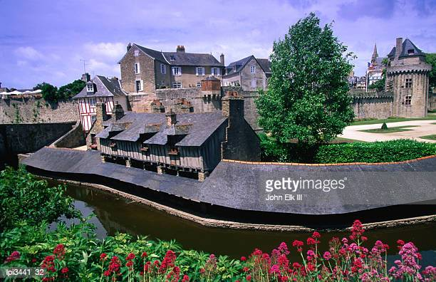 the vieux lavoirs along the marle river, vannes, france - ヴァンヌ ストックフォトと画像