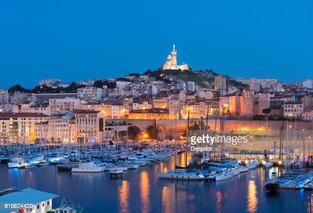 夕暮れ、フランス マルセイユの旧港 (旧港) - ポン・デュ・ガール ストックフォトと画像