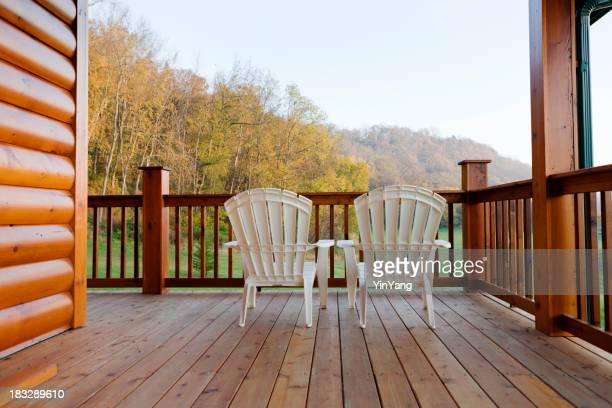 Der Blick vom Balkon auf die Terrasse, eine Blockhütte zu Hause