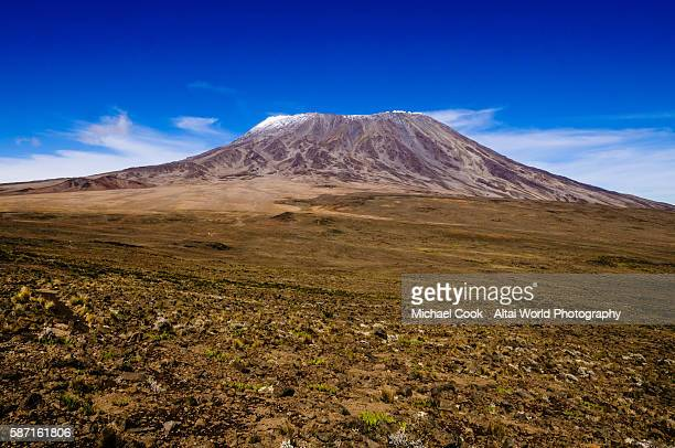 "the view of mt. kilimanjaro across ""the saddle"" - mt kilimanjaro stockfoto's en -beelden"