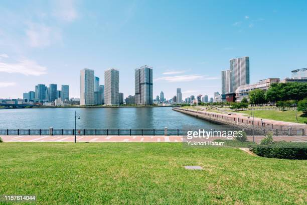 the view of tokyo bay side from toyosu, tokyo - 澄んだ空 ストックフォトと画像