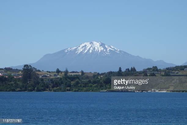 the view of volcano calbuco from puerto varas - puerto montt - fotografias e filmes do acervo