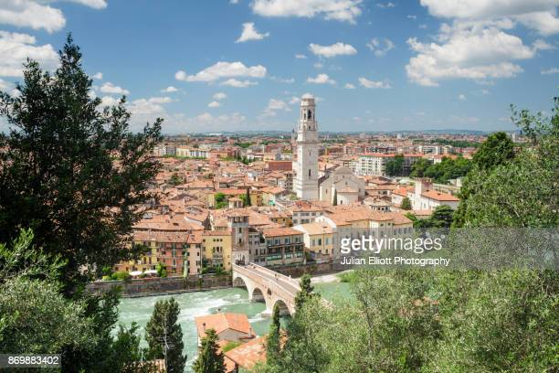 the view over verona from piazzale castel san pietro. - イタリア ヴェローナ ストックフォトと画像