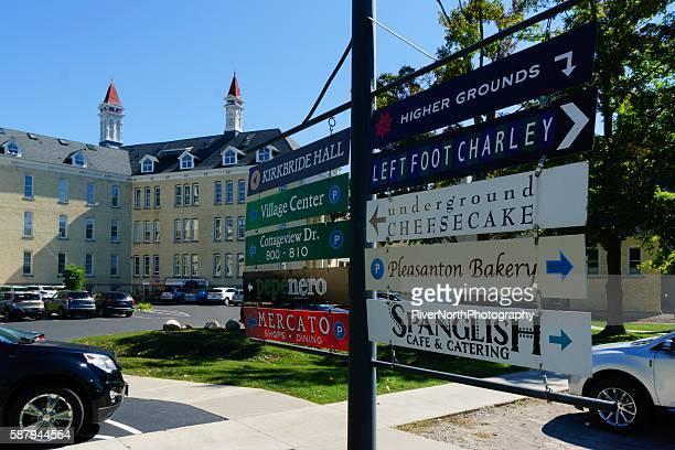 el pueblo en grand traverse commons - traverse city fotografías e imágenes de stock