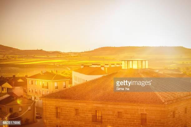 Het dorp van Briones en velden. La Rioja, Spanje