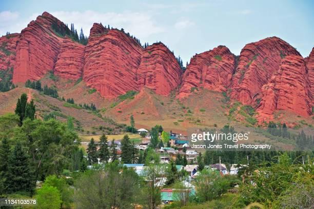the village of jeti oguz with red rocks behind - キルギス ストックフォトと画像