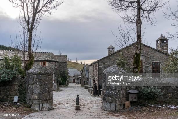 the village of pedrafita do cebreiro - pueblo fotografías e imágenes de stock