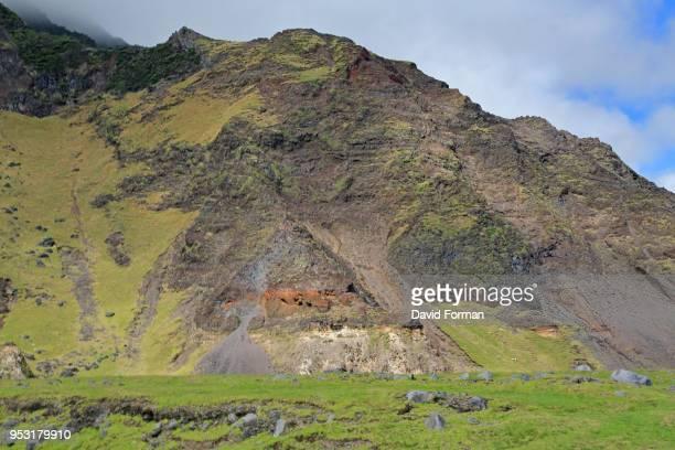 the volcanic landscape behind 'edinburgh of tthe seven seas' in tristan da cunha, south atlantic. - isla tristán de acuña fotografías e imágenes de stock