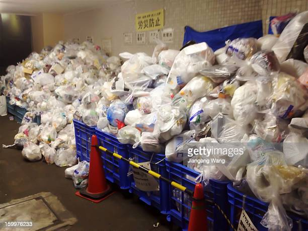 The volume of household waste in multi-unit apartments increases during New Year's holiday. But because of the clearing crews are also on holiday....
