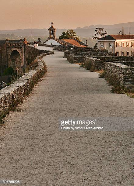 the walkway over the roman walls of lugo at sunset - victor ovies fotografías e imágenes de stock