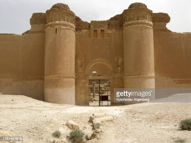 the wall of qasr al-hayr al-sharqi medieval islamic castle, syria - argenberg stock-fotos und bilder