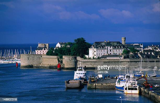 the walled town of ville close from the moros bridge, concarneau - concarneau stock-fotos und bilder