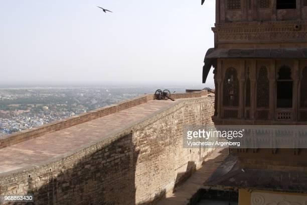 the walls of mehrangarh fort from above, jodhpur, india - argenberg stock-fotos und bilder
