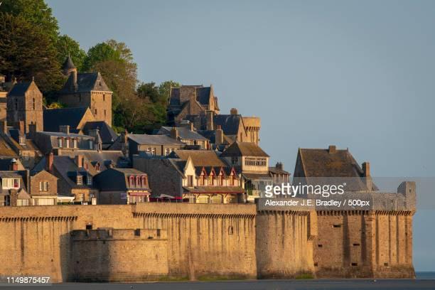 the walls of mont saint michel - cotentin photos et images de collection
