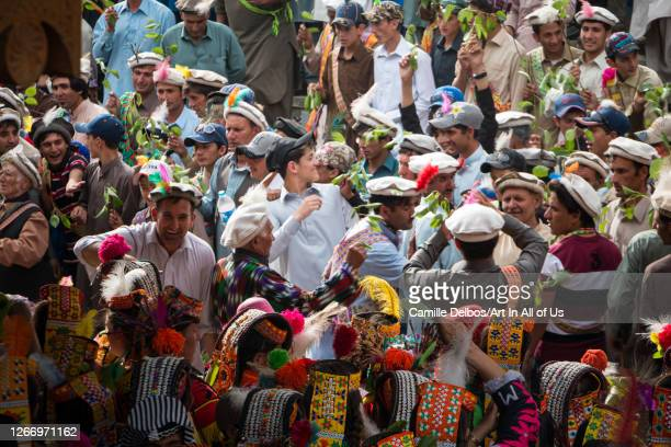 The walnut branches are agitated by the whole community on the occasion of Joshi. The 3 villages are present and gathered. The banches of walnut will...