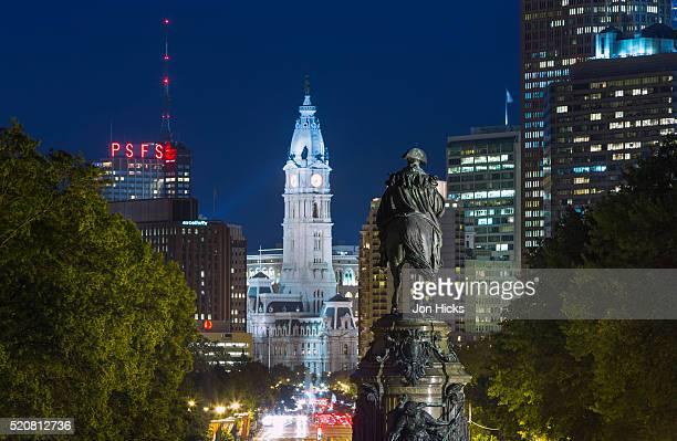 the washington monument and downtown skyline, philadelphia. - benjamin franklin parkway fotografías e imágenes de stock